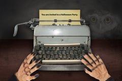 Gli inviti di battitura a macchina della mano del ` s del diavolo per Halloween con vecchio dattilografano immagine stock libera da diritti