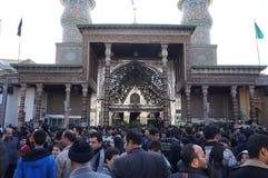 Gli iraniani pregano a Shehre Rey Shrine a Teheran Immagine Stock