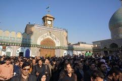 Gli iraniani pregano a Shehre Rey Shrine a Teheran Fotografie Stock