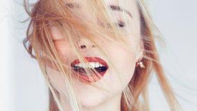 Gli occhi biondi della donna hanno chiuso il rilassamento aperto della bocca fotografia stock libera da diritti