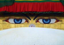 Gli occhi di Buddha hanno dipinto sopra la cupola del Boudhanath Stupa, Kathmandu, Nepal fotografia stock libera da diritti