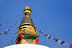 Gli occhi di Buddha con le bandiere di preghiera a Swayambhunath Fotografie Stock