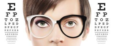 Gli occhi e gli occhiali si chiudono su sul grafico di prova visivo, vista e fotografia stock libera da diritti
