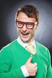 Gli occhiali d'uso del nerd che mostrano i pollici aumentano il segno Fotografia Stock