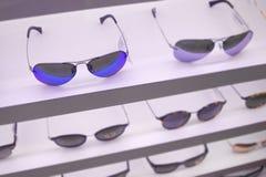 Gli occhiali da sole comperano con le tonalità di qualità sullo scaffale superiore in PR costoso Fotografie Stock