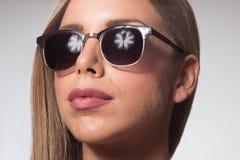 Gli occhiali da sole della giovane donna si chiudono su bellezza capa dei capelli del fronte fotografia stock libera da diritti
