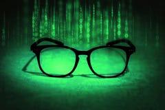 Gli occhiali della lettura assorbono i dati binari, concetto di knowl futuro Immagini Stock