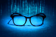 Gli occhiali della lettura assorbono i dati binari, concetto di knowl futuro Fotografie Stock Libere da Diritti