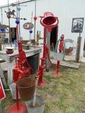 Gli oggetti antichi rossi visualizzano all'aperto nel Nebraska rurale Immagini Stock Libere da Diritti