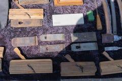 Gli oggetti d'antiquariato antichi sono venduti ad un mercato delle pulci Falegname antico dello strumento Piallatrici di legno fotografia stock