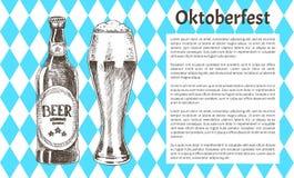 Gli oggetti della birra di Oktoberfest hanno messo le icone disegnate a mano illustrazione vettoriale