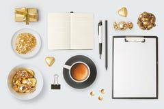 Gli oggetti e gli oggetti moderni per derisione sul modello progettano Taccuino, tazza di caffè e cioccolato Vista da sopra immagini stock libere da diritti