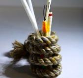 Gli oggetti tenuti all'interno di una fibra hanno fatto la corda obiettare la fotografia Fotografia Stock Libera da Diritti