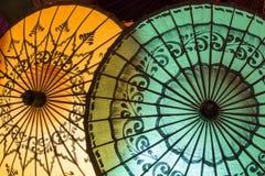 Gli ombrelli tradizionali dell'artigianato sono venduti nel mercato di notte nel Myanmar Immagine Stock
