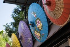 Gli ombrelli variopinti nel mercato della BO hanno cantato il villaggio, Sankamphaeng, Chiang Mai, Thailand-2 immagine stock