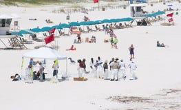 Gli operai dell'olio sostituiscono i turisti sulla spiaggia di Pensacola Immagine Stock