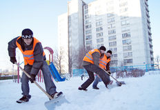 Gli operai puliscono la neve Immagine Stock