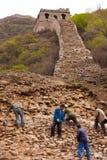 Gli operai ripara le rovine della Grande Muraglia Immagini Stock