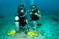 Gli operatori subacquei di scuba imparano il tuffo di massima fotografia stock
