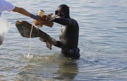 Gli operatori subacquei durante la pulizia ambientale tirano il giorno in secco che elimina la plastica fotografia stock