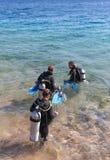 Gli operatori subacquei entrano nel mare. Fotografie Stock Libere da Diritti