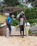 Gli operatori subacquei scaricano i cilindri vuoti che fanno pagare l'aria Immagini Stock Libere da Diritti