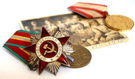 Gli ordini sovietici e le medaglie si trovano su una vecchia fotografia dei militari Fotografia Stock Libera da Diritti