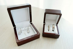 Gli orecchini e le due fedi nuziali dorate della sposa Immagine Stock