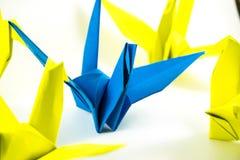 Gli origami che gli uccelli dimostrano pensano il concetto differente Fotografie Stock