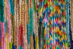 Gli origami hanno piegato la gru di carta multicolore fotografia stock libera da diritti