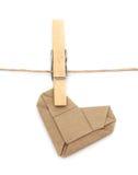 Gli origami riciclano il cuore di carta e le mollette da bucato allegati ad una corda Fotografie Stock