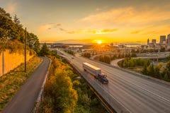 Gli orizzonti di Seattle e le autostrade senza pedaggio da uno stato all'altro convergono con Elliott Bay ed i precedenti in temp Fotografia Stock