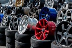 Gli orli ed i pneumatici di sport dell'automobile indicati ad un pneumatico comperano Immagine Stock Libera da Diritti