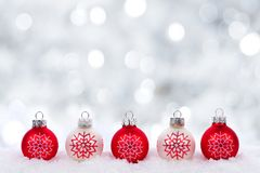 Gli ornamenti di natale bianco e di rosso con il twinkling argentano il fondo Fotografia Stock Libera da Diritti