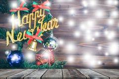 Gli ornamenti di Natale e del buon anno appendono sull'albero di Natale con vecchio legno prespective Fotografia Stock