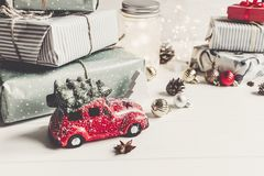 Gli ornamenti e l'automobile moderni di natale giocano con l'albero, coni dei presente Fotografie Stock Libere da Diritti