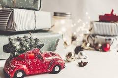 Gli ornamenti e l'automobile moderni di natale giocano con l'albero, coni dei presente Fotografia Stock Libera da Diritti