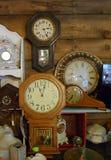 Gli orologi antichi, gli orologi di parete, mensola del camino cronometra, raccolta fotografie stock