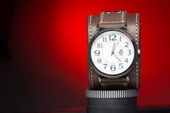 Gli orologi degli uomini con l'ampio braccialetto di cuoio Immagini Stock Libere da Diritti