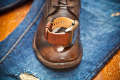 Gli orologi degli uomini, scarpe di cuoio, jeans Fotografia Stock Libera da Diritti