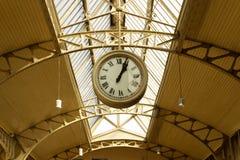 Gli orologi della stazione appendono sul soffitto di vecchia stazione fotografia stock