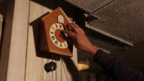 Gli orologi di cuculo, l'uomo prende l'orologio in senso orario del ` di 7 - 17 O video d archivio