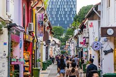 Gli ospiti camminano intorno alla via Haji Lane a Singapore immagini stock libere da diritti