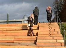 Gli ospiti camminano sul territorio del museo dello stato della storia di cosmonautica nominata dopo Konstantin Tsiolkovsky in Ka Fotografia Stock Libera da Diritti