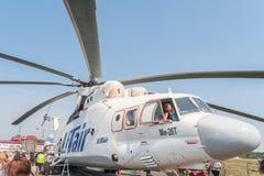Gli ospiti di airshow esplorano l'elicottero di MI-26T Immagine Stock