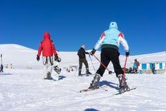 Gli ospiti godono della corsa con gli sci della neve sulla montagna di Falakro, Greec Immagini Stock Libere da Diritti