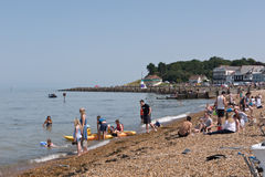 Gli ospiti godono della spiaggia di Whitstable e del mare Risonanza, Regno Unito Immagini Stock
