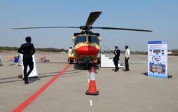 Gli ospiti hanno sguardo alla mostra dell'elicottero in terminale di aeroporto Fotografia Stock Libera da Diritti