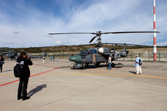 Gli ospiti osservano l'elicottero militare Ka-52 Fotografie Stock