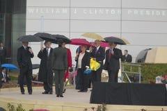 Gli ospiti personali di ex Presidente Bill Clinton degli Stati Uniti con i capi di stato camminano sulla fase durante la cerimoni Fotografia Stock